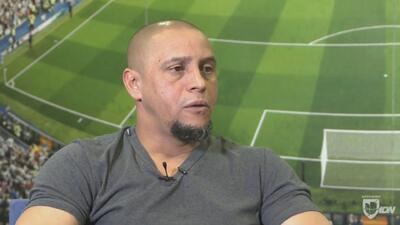 Elvis Rojas quedó en fuera de lugar durante 'su' entrevista con Roberto Carlos