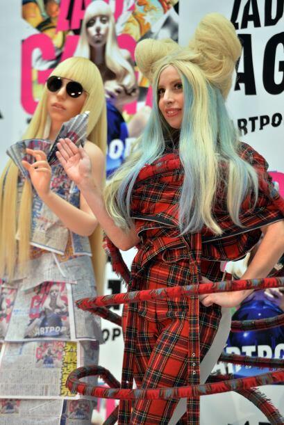 Serán subastadas dos muñecas de Lady Gaga al estilo Hello Kitty.