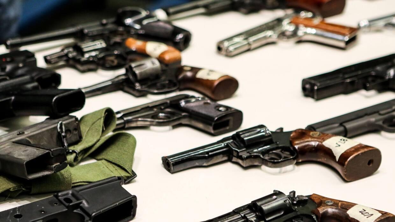 Pistolas recuperadas en el programa de recompra de armas en Los Ángeles.