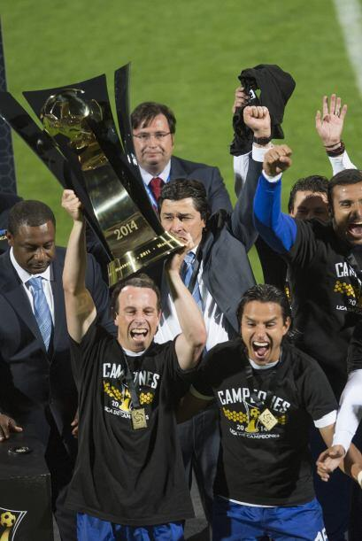 Atrás de los jugadores, Luis Fernando Tena celebraba el campeonato de Cr...