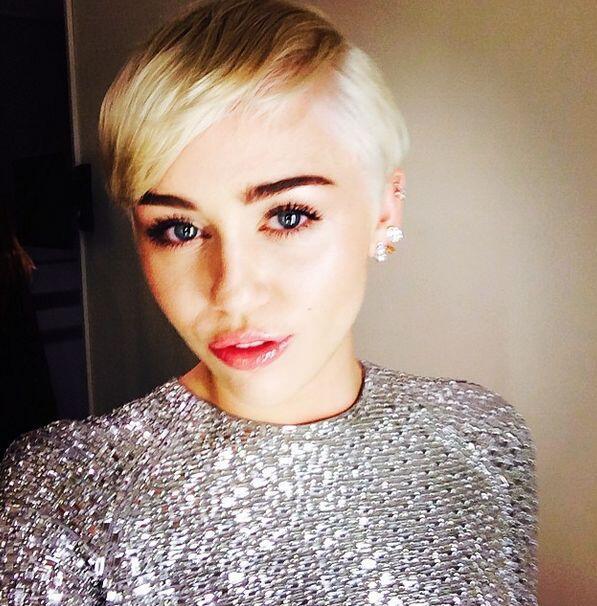 "10:15pm  Miley Cyrus twitea: ""Ready to rock!  #Rawr""."