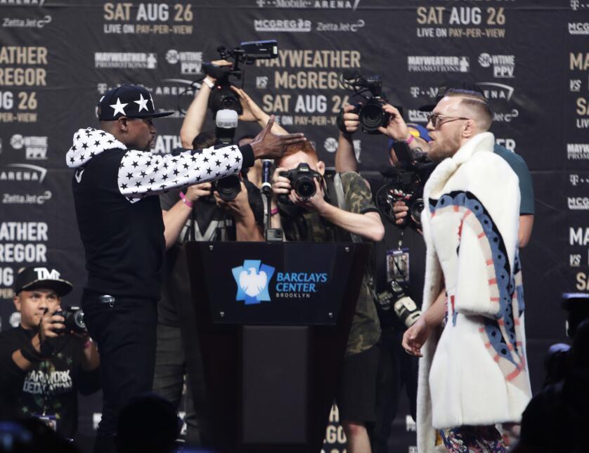 Mordida de oreja y provocaciones entre Mayweather y McGregor en cara a c...