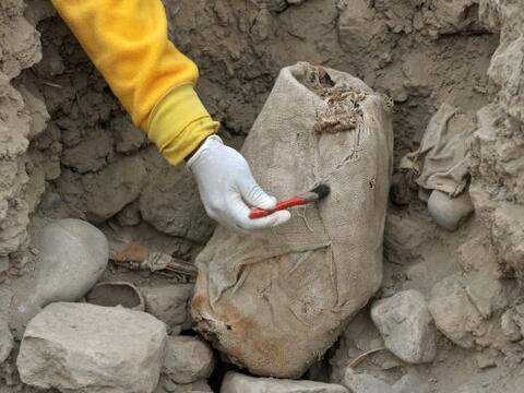 Una tumba con cuatro momias, de la cultura Wari y que data aproximadamen...