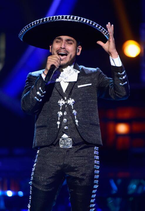 Espinoza Paz se vistió de mariachi para interpretar 'Perdí la pose'.