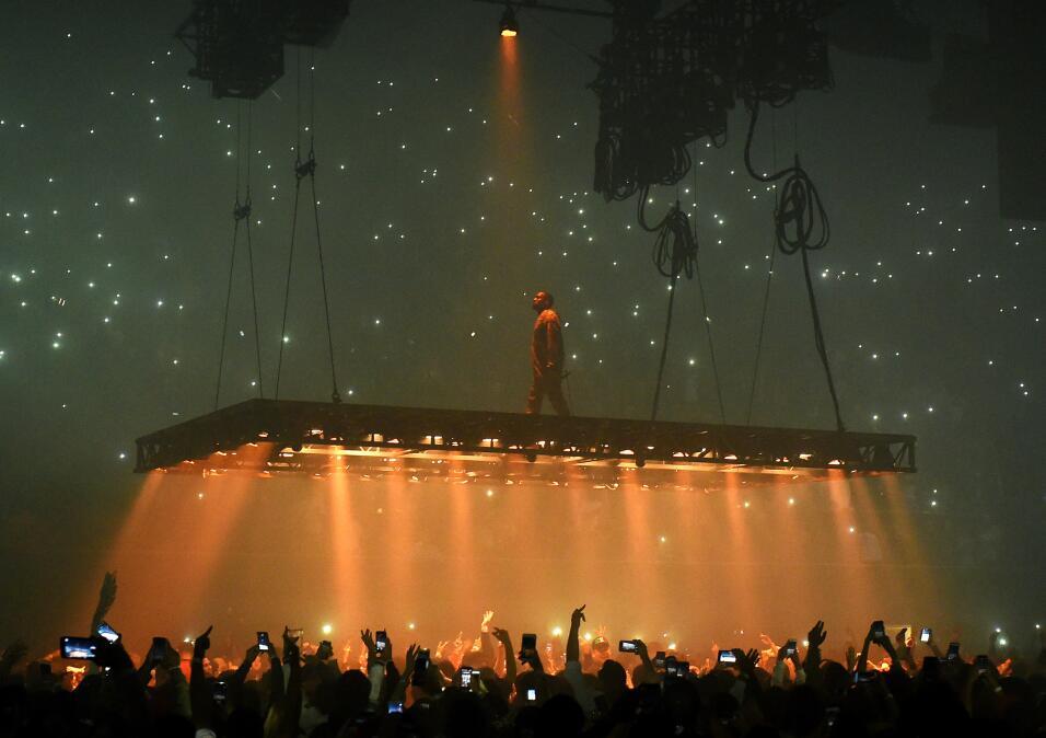 Kanye West parece un ser de otro planeta en su concierto del 25 de octub...