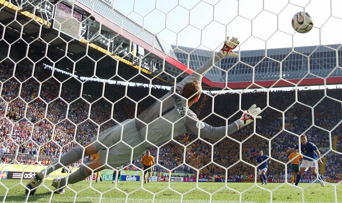 Historias de Mundiales: el penalti a favor de Italia en 2006 al que much...
