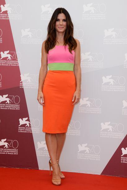 Sandra Bullok se mostró muy fresca, guapa y juvenil con este vestido de...