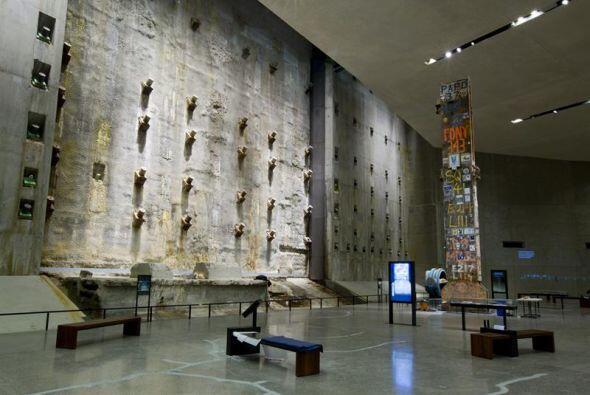 Imagen que muestra una de las paredes que permanecieron en pie tras el i...