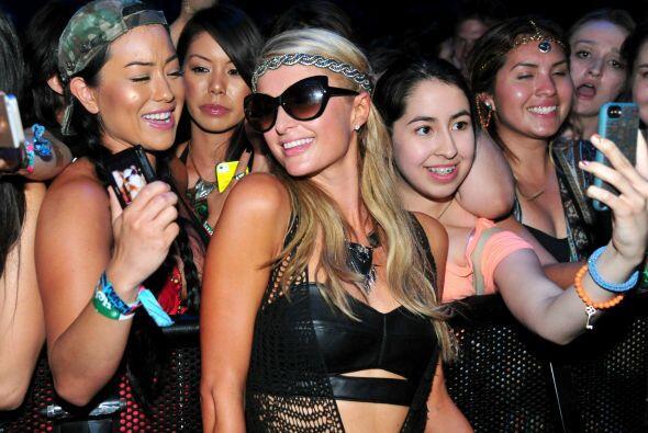 También se sacó fotos con chicas de la primera fila. Mira aquí más video...