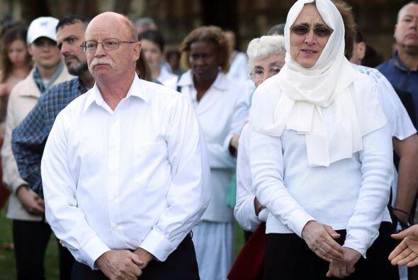 En esta imagen se ve a los padres de Kassig, Ed y Paula, durante la vigi...