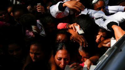 Venezolanos hacen largas filas para sobrevivir a la escasez generalizada (FOTOS)