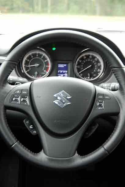 El volante está forrado en cuero y los controles montados al frente son...