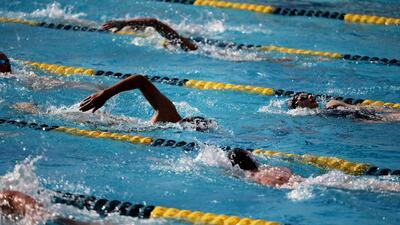 Ofrecen clases gratis de natación para los habitantes de un vecindario en Chicago