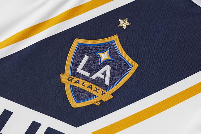 Los Angeles Galaxy presentó en sociedad a la camiseta titular que emplea...