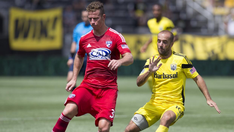 El brasileño Michel y el argentino Higuaín en un FC Dallas-Columbus Crew.