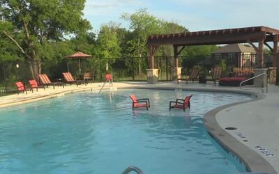 Un joven le salva la vida a un niño de cinco años de edad en una piscina...
