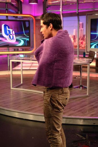 Inmediatamente, Danilo se cubrió con una toalla.