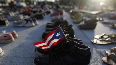 📸 ¿Por qué los puertorriqueños están dejando cientos de zapatos frente al Capitolio de la isla?