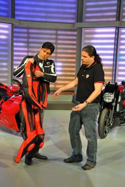 Pablo Reynoso, el representante de la firma italiana Ducati, le mostr&oa...
