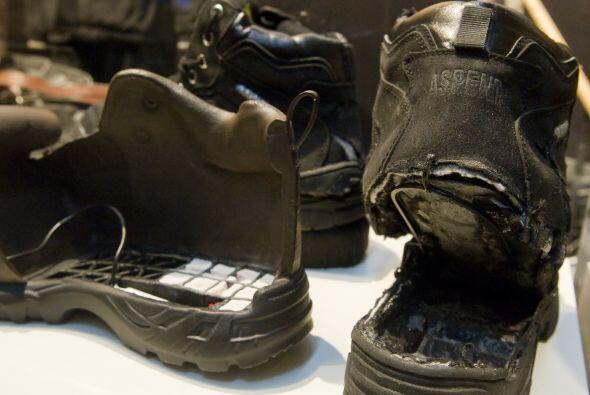 """Dentro de una de las vitrinas se pueden observar los """"zapatos-bomba"""" que..."""