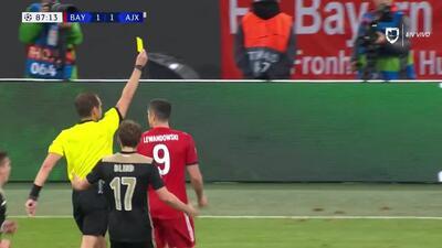 Tarjeta amarilla. El árbitro amonesta a Serge Gnabry de FC Bayern München