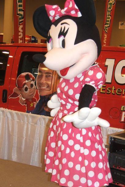 Y la coqueta Minnie Mouse bailando encima del escenario de Estéreo Latino.