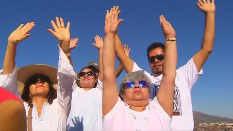 Mexicanos acuden a la cima de pirámide para dar bienvenida a la primavera