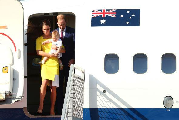 A su arribo a la capital australiana, Kate mostró un atuendo distinto y...