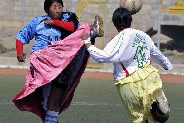 Así las cholitas aprovecharon para echarse una cascarita.