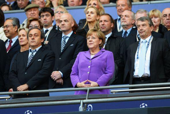 Michel Platini, Presidente de la UEFA, acompañado por la presidenta alem...