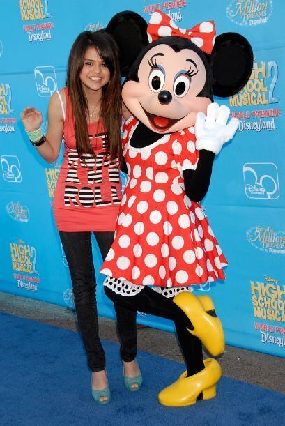 También lo hizo Selena Gomez, quien no dejó de sonreir al momento de pos...