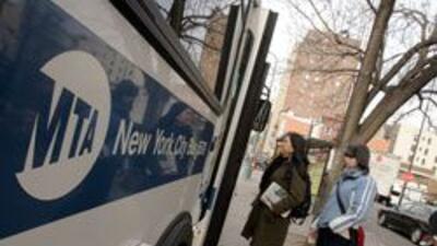 MTA anuncio que pasajeros podran pagar con su tarjeta de credito o pasan...