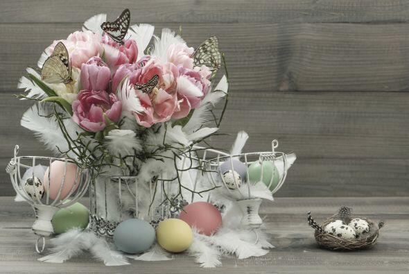 Haz alusión a la gallina de los huevos de Pascua colocando unas plumas e...