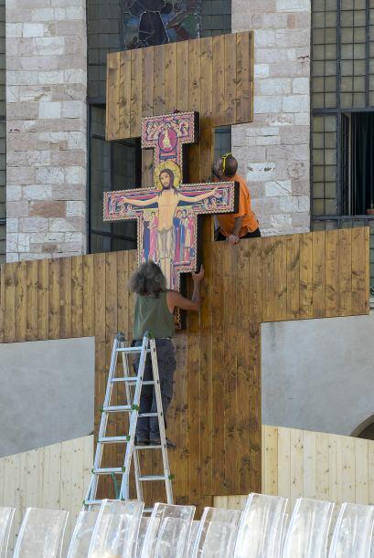 Trabajadores preparan el altar frente a la basílica de Así...