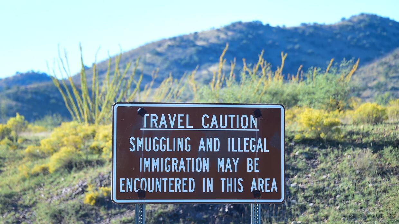 Un señal cerca de la frontera con México en Arizona