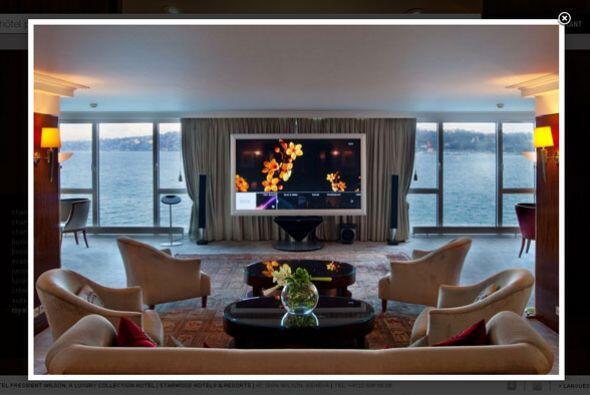 De sus 48 suites, la Royal Penthouse, es la más cara ya que en sí posee...