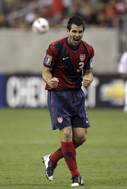 Carlos Bocanegra roba el balón y da un pase largo. El defensa de 32 años...