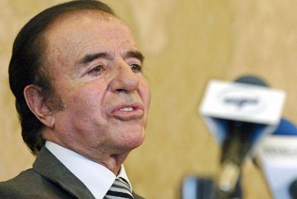 El ex presidente de Argentina Carlos Menem críticado por su relación amo...