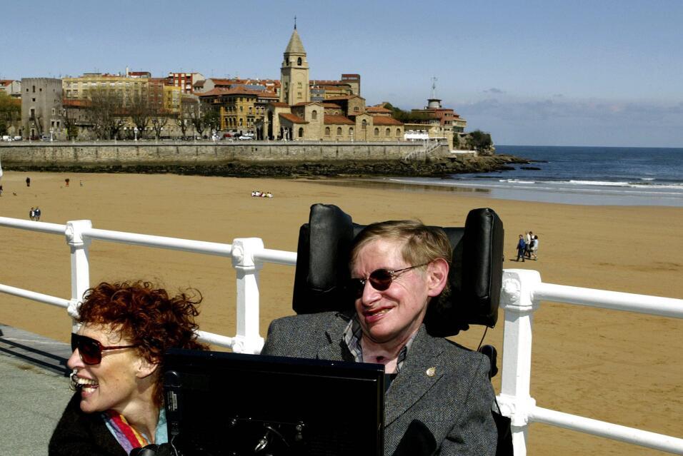 Junto con su segunda esposa, Eliane, en una playa de Gijón, el no...