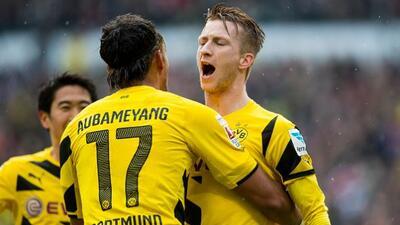 Marco Reus festeja con Aubameyang y Kagawa uno de los goles.