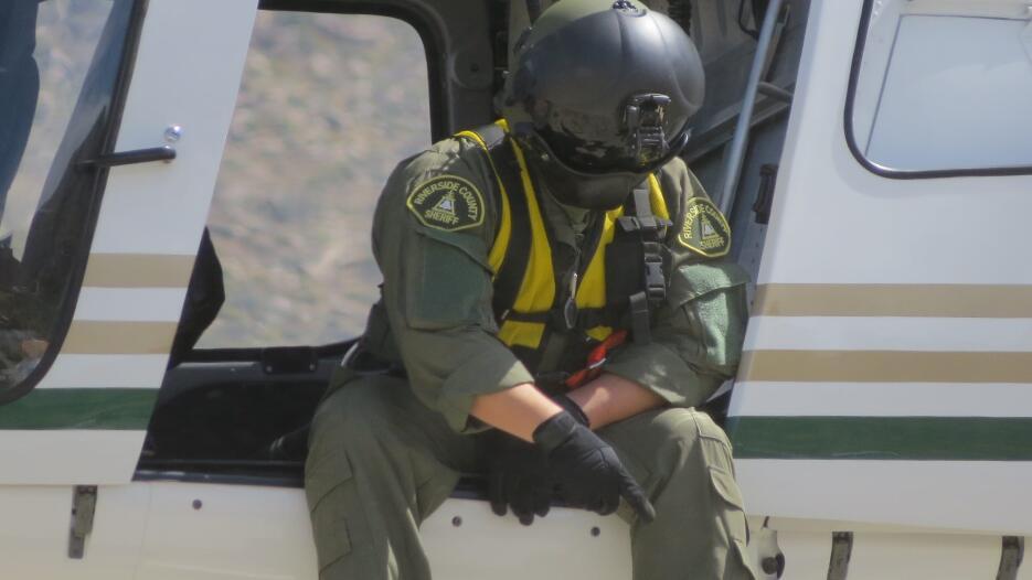 Integrante del equipo de rescate señala un punto de interés