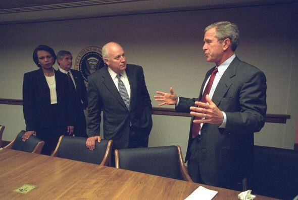 Cheney y el presidente George W. Bush hablan en el PEOC. (Imagen del Arc...