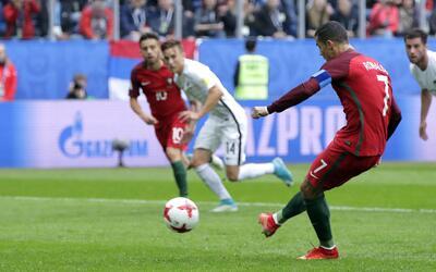 El jugador de Portugal, Cristiano Ronaldo, derecha, anota un gol de pena...