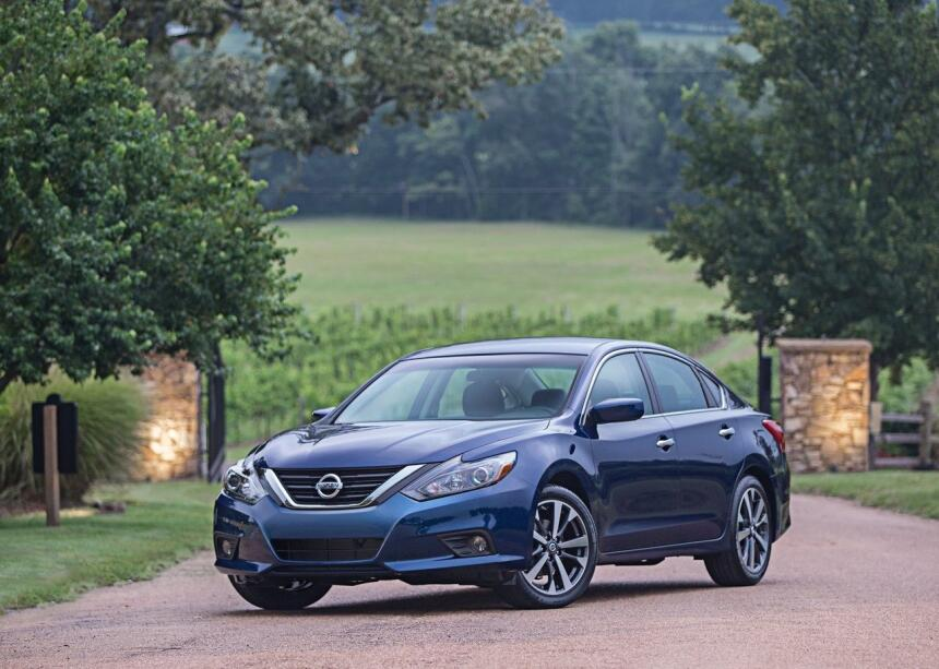 Estos autos son los que más enamoran a sus dueños Nissan-Altima_SR-2016-...
