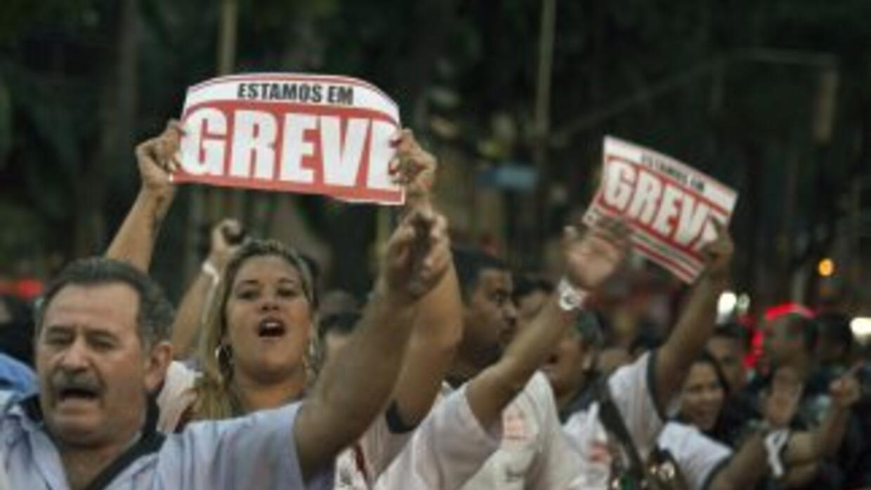 Traabajadores del sistema de transporte de Río de Janeiro durante una pr...