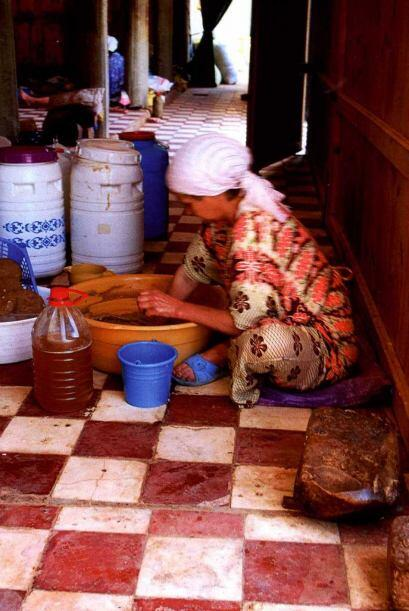 El aceite lo extraen las mujeres de varias aldeas en Marruecos y L'Heure...