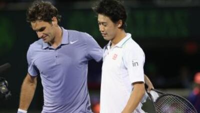 Nishikori y Federer se saludan al final del partido.