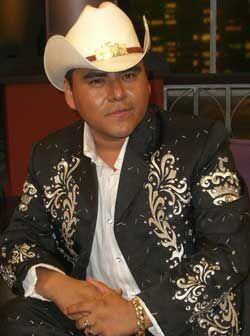 """Lalo es el líder y vocalista de """"El Trono de México""""."""