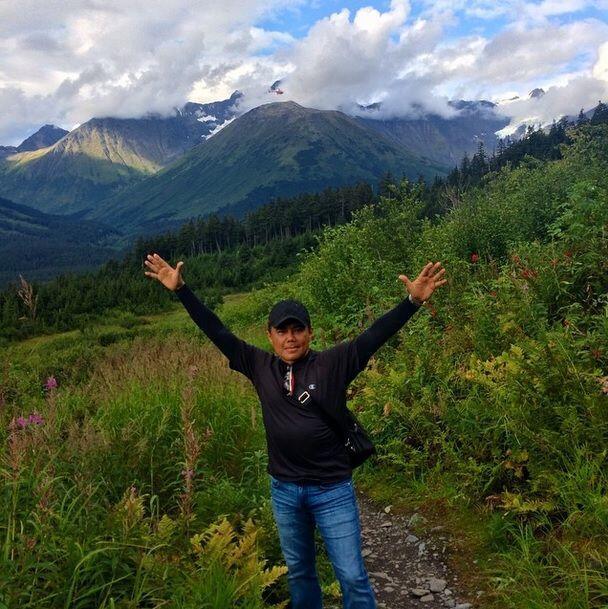¡Raúl subió hasta la cima de la montaña!