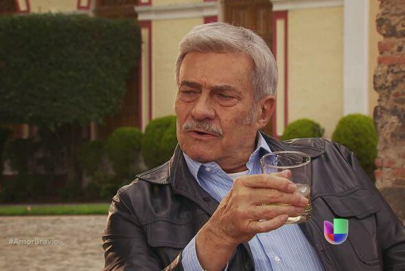Más tarde, brinda con Cayetano, le dice que respeta todas las decisiones...